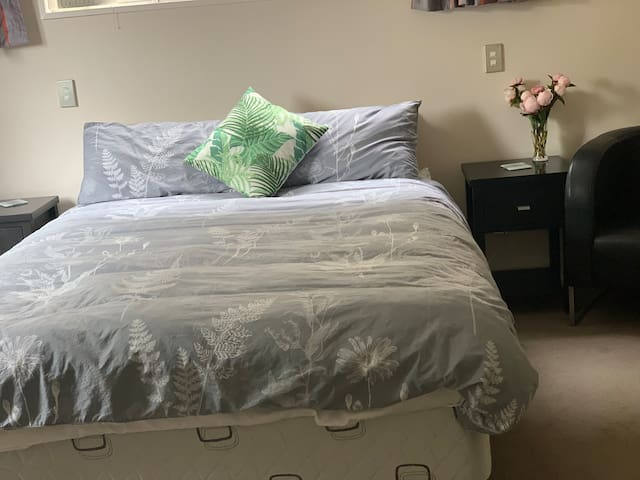 Hagley Park  private dble room & ensuite, no fees