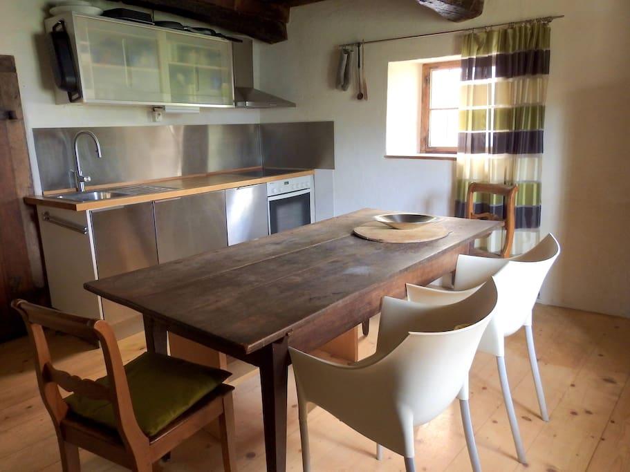 Die Wohnküche mit dem Esstisch für sechs Personen