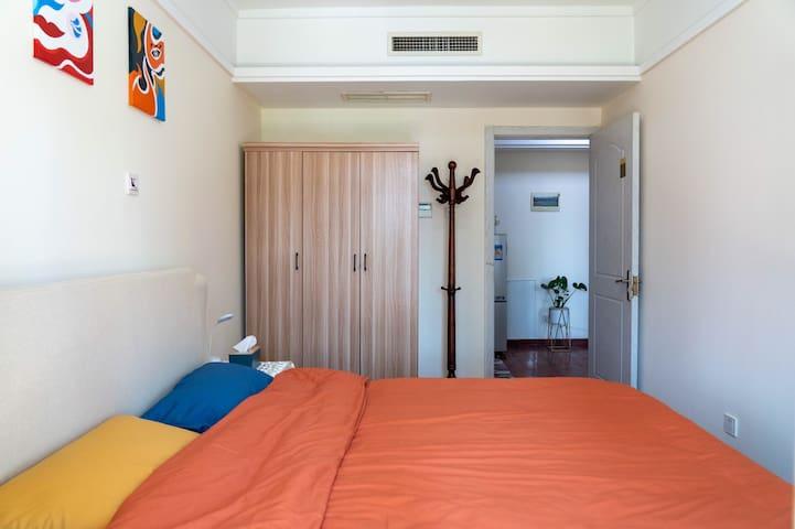 卧室有空调,衣柜,衣架,一个小阳台可晾晒衣物