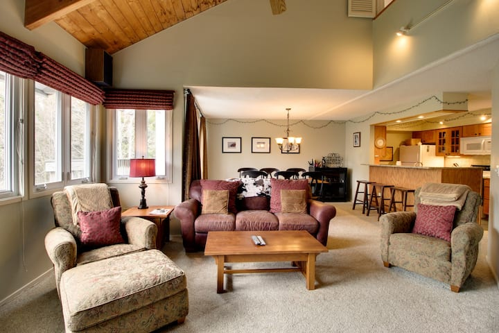 Lovely condo w/ balcony, ski shuttle & shared hot tub, pools, tennis, gym & more
