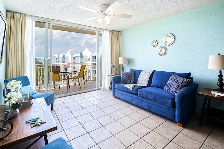 Gorgeous condo w/ scenic views, shared pool & hot tub, balcony, & parking!