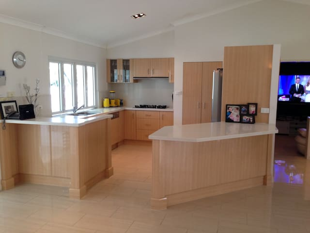 Luxury 4 Bedroom Home 6 People - Mooroobool - Talo