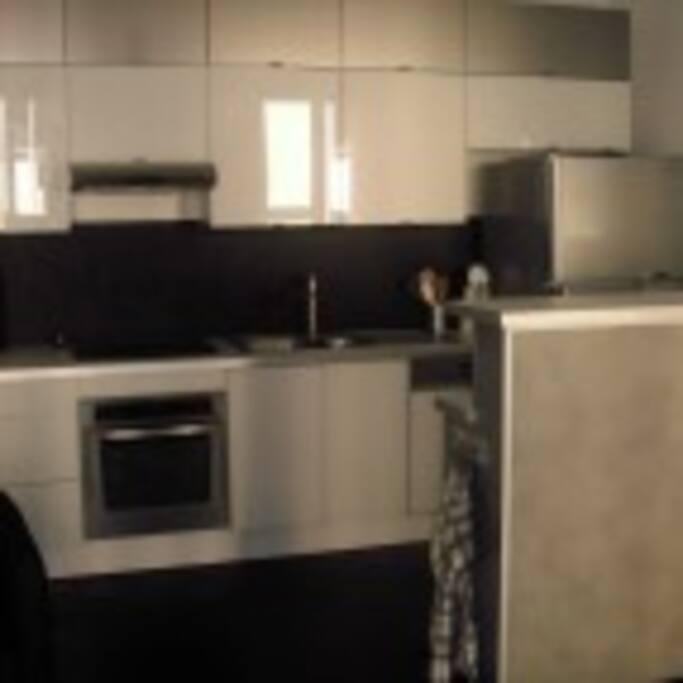 Kök med bekvämligheter såsom diskmaskin, ugn, spis och kyl-frys.