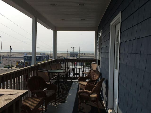1 Bunk Bed, 1 Claw Foot Tub, Beach Bl, 3rd Fl Apt - Wildwood - Apartment