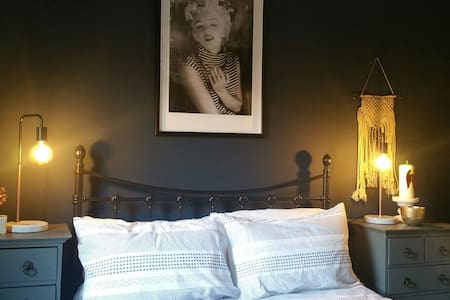 Double bedroom in converted Victorian Stables - Petworth - Dom