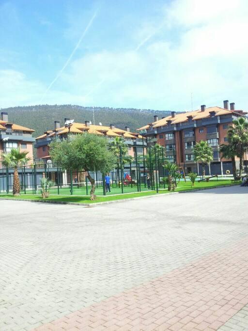 Urbanización privada con Parque Infantil, Pista de papel y Piscina