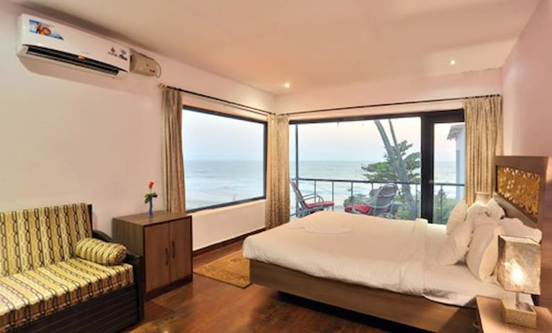 Deluxe Room (1 BR) Overlooking the Arabian Sea - Goa - Bed & Breakfast