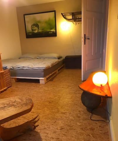 Das Palettenbett hat eine Breite von 1,80m
