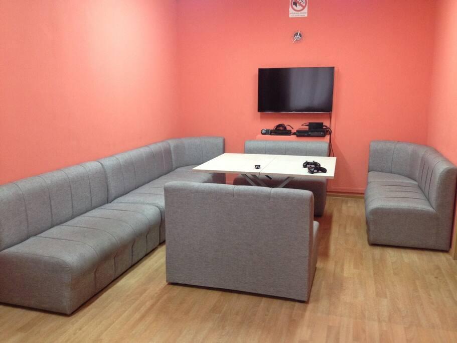 гостиная (lounge) с ХBOX one, кабельным TV, настольными играми для больших и маленьких компаний