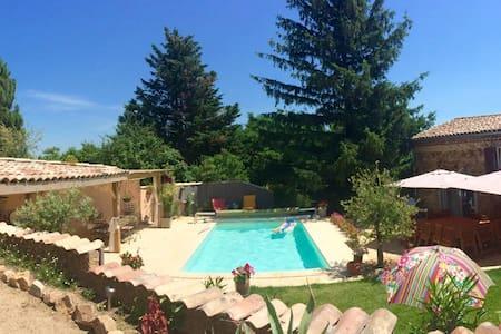 grande maison piscine dans vignoble - Eclassan