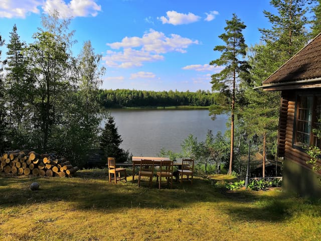 Hirsihuvila järven rannalla/Villa at the lake