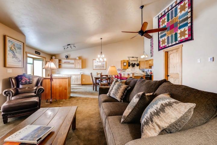 Multi-Level Condo w/balcony, grill, shared hot tub & pool - close to skiing!