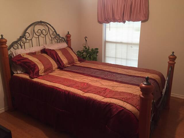 Private Room in beautiful East Dallas home - Sunnyvale - Casa