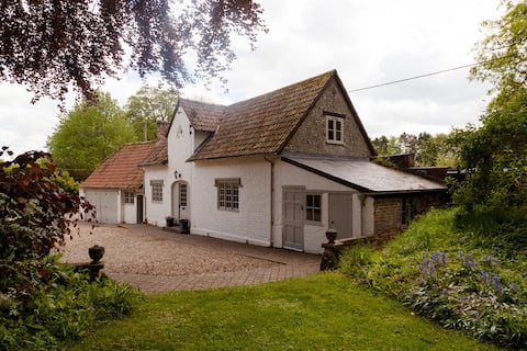 Peaceful and private cottage in beautiful grounds.