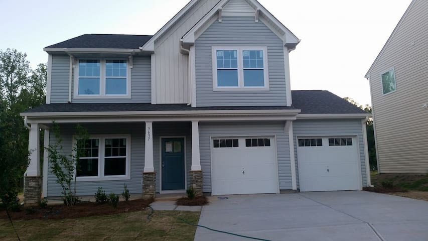 Private Bed and Bath minutes from Charlotte
