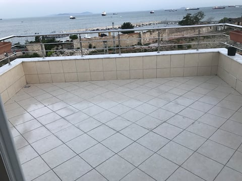 Sea view terrace, easy access to central places..