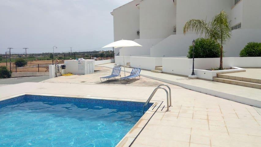 Παραθαλάσσια οικία με πισίνα