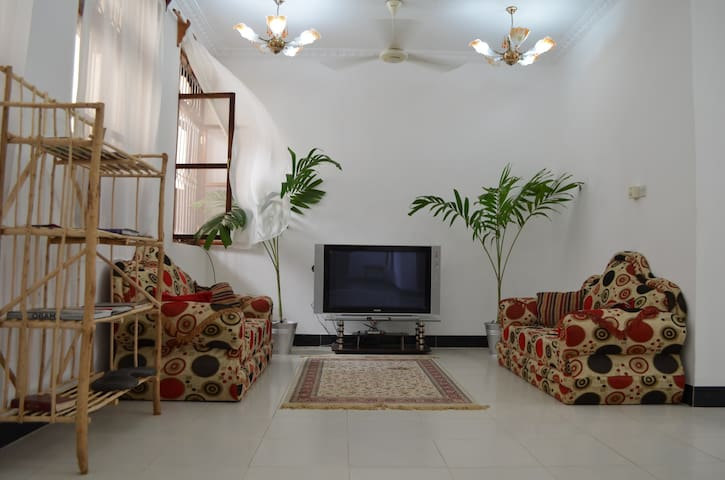 Quite master bedroom in Stone town. Free fast WIFI