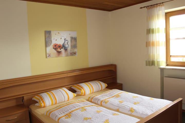 Gäste-Haus Rösch *** (Wiesent), Doppelzimmer mit WLAN und Fernseher