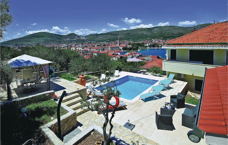 Holiday apartment with 2 bedrooms on 73m² in Trogir
