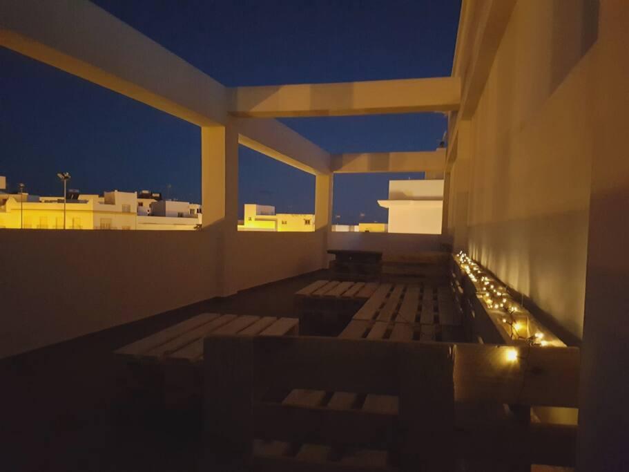 Terraza chill out de 140 Metros. Única en conil. Con sofá iluminado para ocho personas en un entorno insuperable