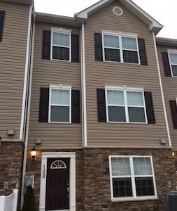 1 Bedroom Modern/New Townhome in Sykesville - Eldersburg - Szeregowiec