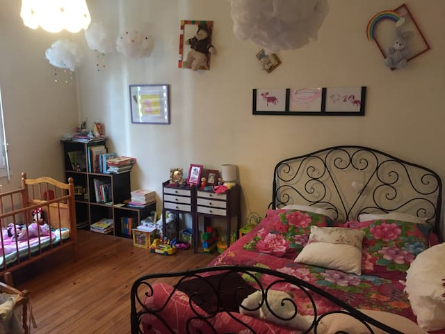 Grande chambre dans maison individuelle