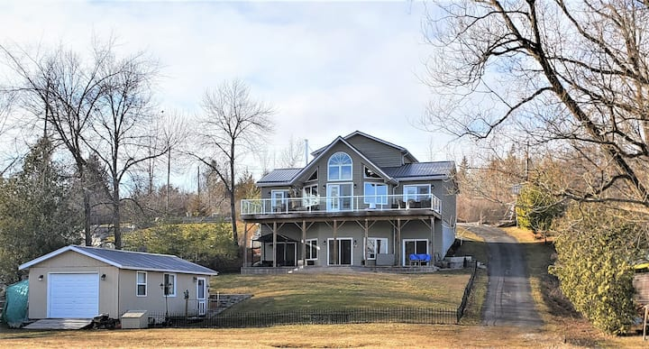 Gorgeous Upscale Waterfront 4 Season Cottage. NEW!