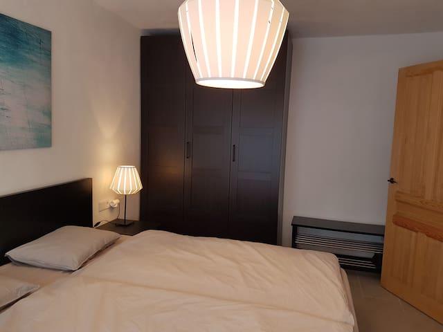 Schlafzimmer 2 mit grossem Kleiderschrank und Kofferablage