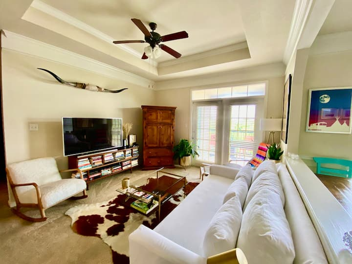 Entire 2 BD & 2 Bath Apt- Sun-Filled w/ATX Vibes