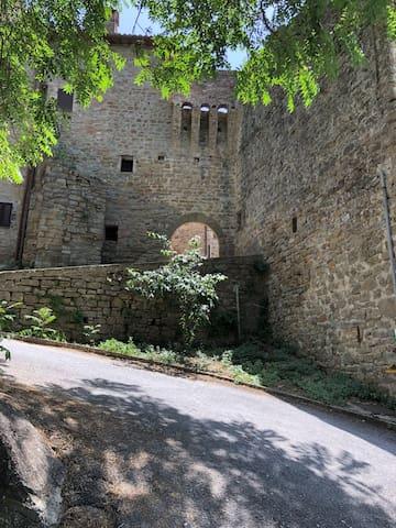 Vecchia stalla in borgo medievale