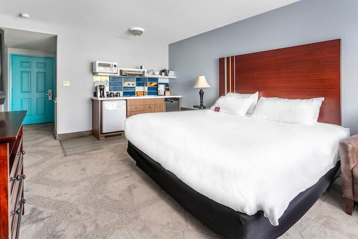 King bed w/kitchenette - 2 blks from the beach