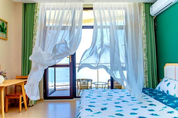白鲸公馆海景房北欧风格双床房.山海广场正面看海