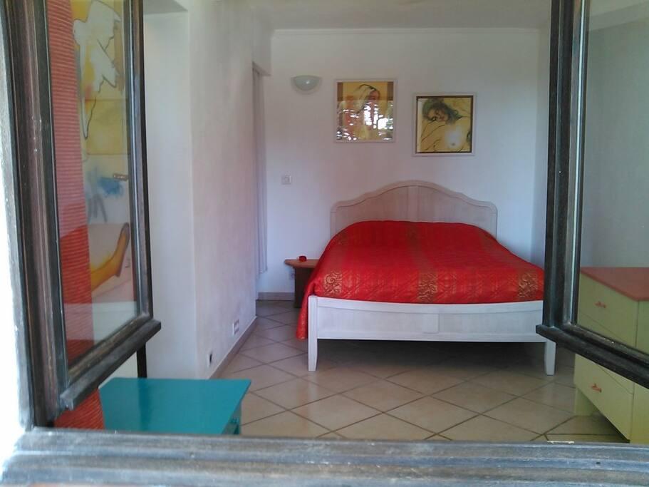 Chambre avec un lit en 140cm, couleur chaude et gaie, très calme, et où on y dort très bien