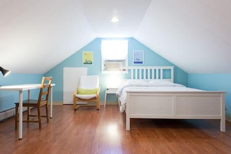 Cozy attic+private bath/entrance - Belmont - Casa