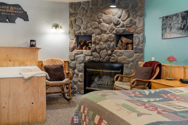 Cozy Honeymoon Resort Cabin ~ Walk to Village and Lake ~ Pet Friendly