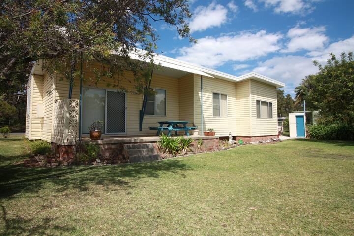 Waratah Cottage close to Inyadda Beach, Cafe and boat ramp