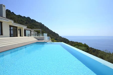 Exclusive property with modern design, and with fantastic views of the sea and the bay of - Begur - Casa