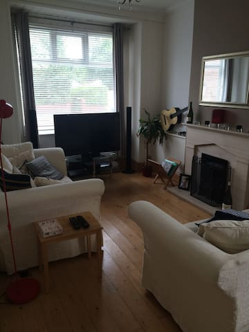 Double bedroom in spacious home - great location! - Eccles