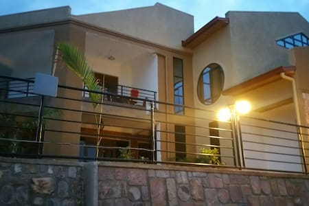 Cosy room for visitors coming in a group - Kigali - Daire