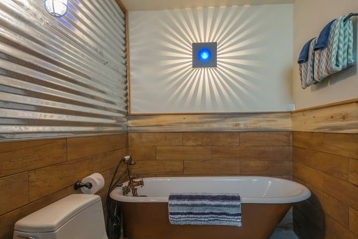 Spa Sanctuary w/ Soaking Tub, Easy Parking & A/C