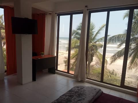 Oceanfront Apartment, Lazy River Pool (optional AC