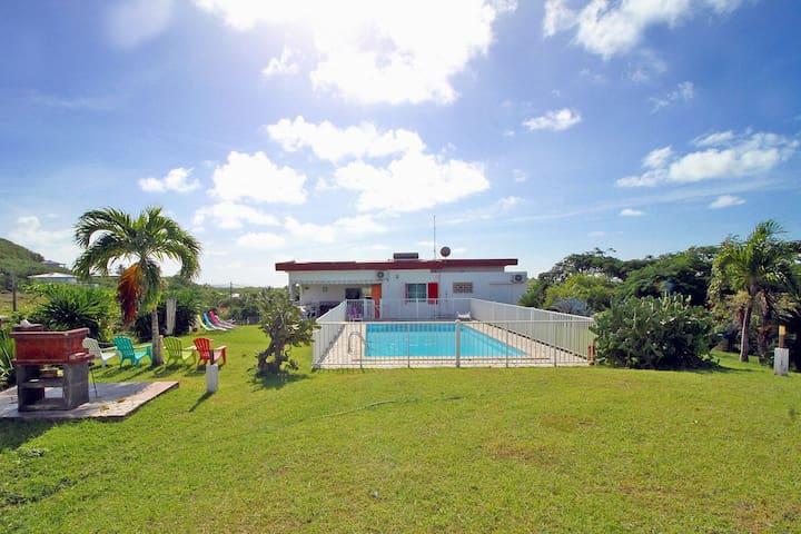 Villa en bord de plage avec piscine privée .