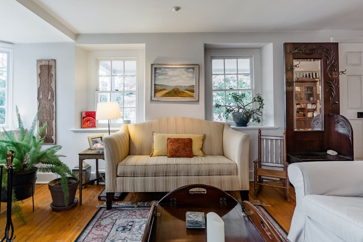 Top-Floor 2-Bedroom Suite in Bala Cynwyd Farmhouse