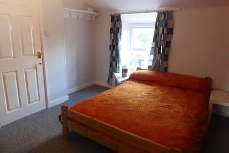 Frome - en suite double room, in quiet terrace