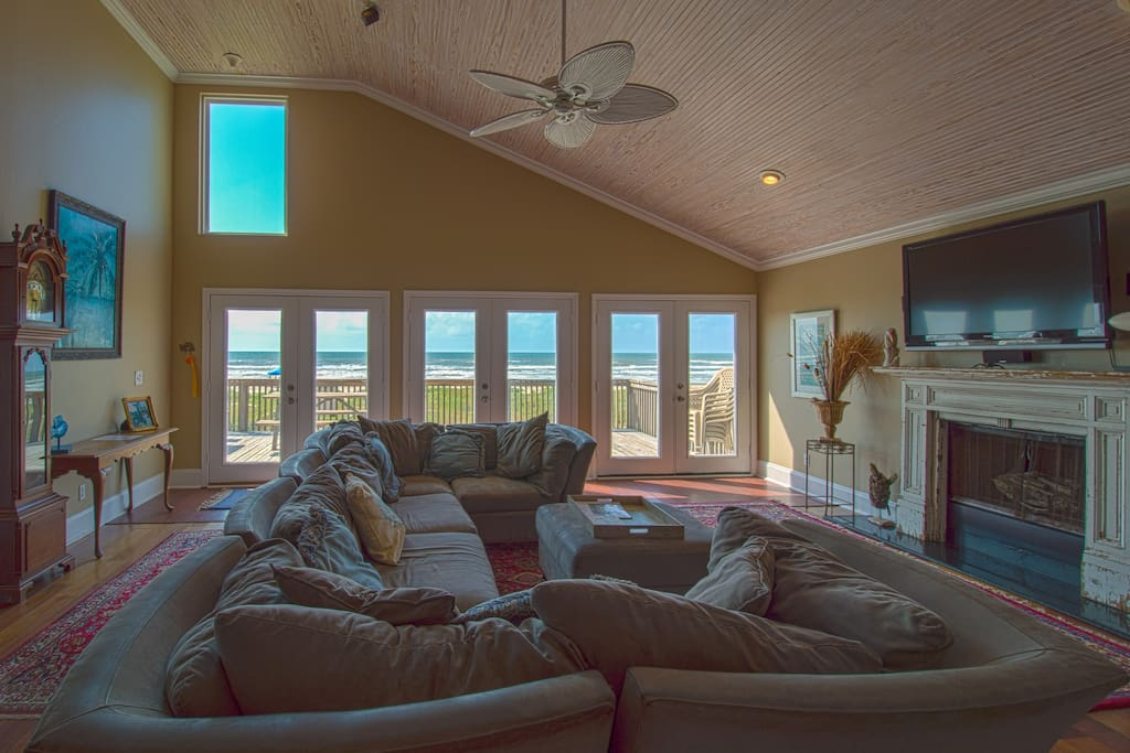 High ceilings and beautiful ocean view.