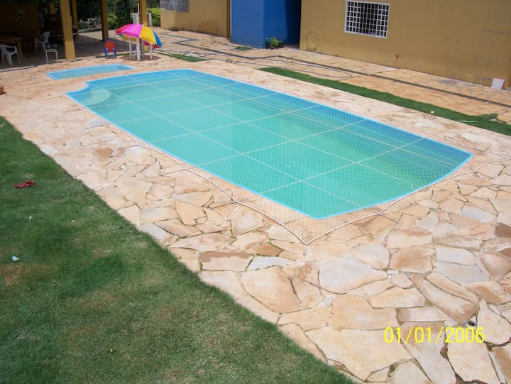 Casa com piscina e área verde!