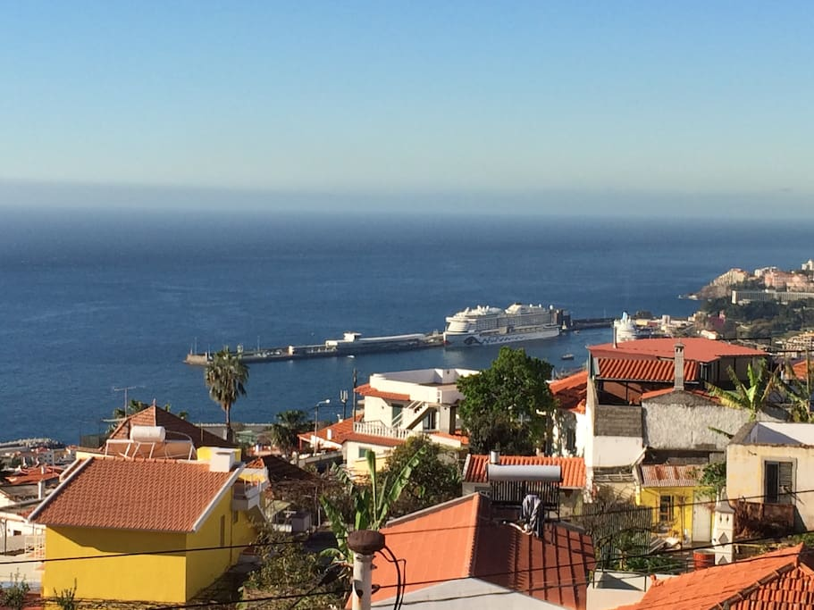 The Harbour - Any maritime city has a port. The port means a safe place. It means happy arrivals. From the terrace of your holiday home, you can see the port of Funchal.