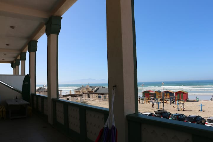 Upscale Beachfront Surfer's Pad on Surfer's Corner - Cape Town - Daire