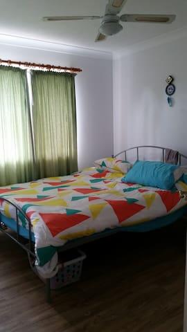 Room in a nice Latinoamerican Unit - Indooroopilly - Apartemen